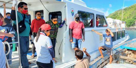 Gunakan KM Biaro, Bupati Evangelian Bagi Bapok dan Masker di Pulau Buhias