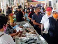 Dipimpin Evangelian Sasingen, PMI dan Pemkab Sitaro Berbagi Masker dan Hand Sanitizer di Pasar Tagulandang