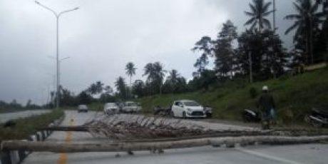 Sompotan Cs, Blokir Jalan Tol Manado Bitung